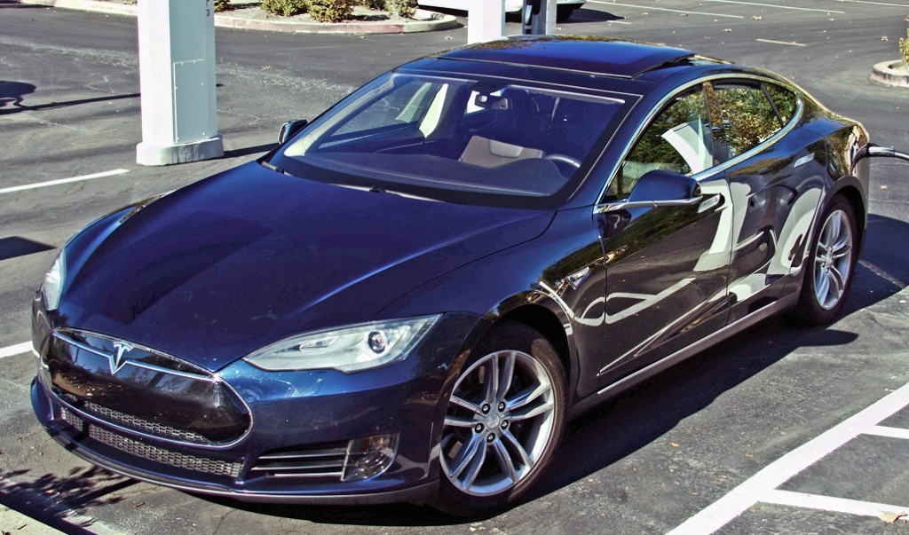 By Tesla Model S charging Folsom CA.jpg: Michael Hicksderivative work: Mariordo (Mario Roberto Durán Ortiz) [CC BY 3.0], via Wikimedia Commons